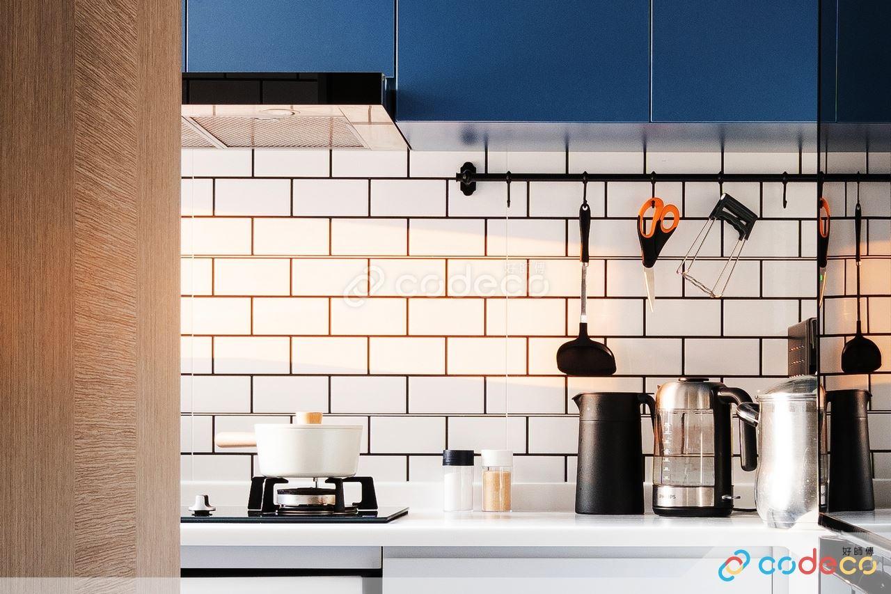 簡約藍色廚櫃麵包磚設計